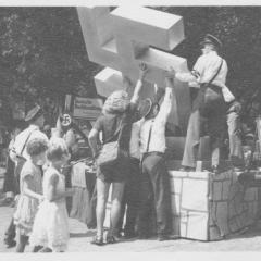 Men lifting a Swastika statue at Hindenburg Park